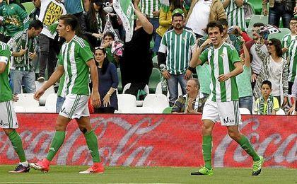 Rubén Pardo celebra su gol con el Betis.