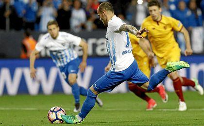 Sandro ejecuta el penalti contra el Sevilla ayer.