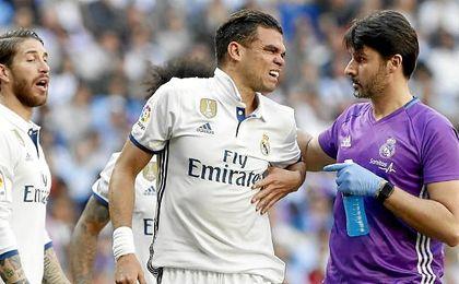 Pepe saliendo lesionado del Bernabeú.