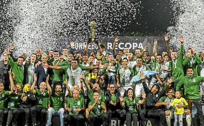 Atlético Nacional, tras recibir el trofeo de campeón.