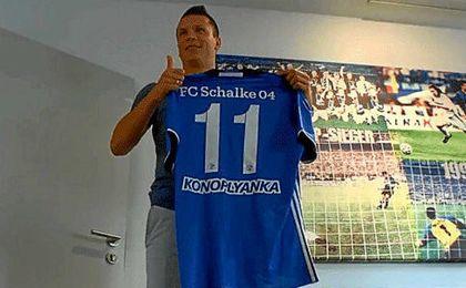 Konoplyanka, en su presentación con el Schalke.