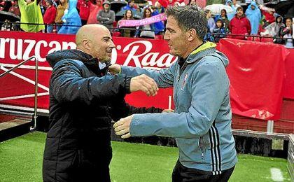 Berizzo y Sampaoli se saludan antes del partido en el Sánchez-Pizjuán.