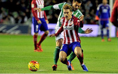 Xavi Torres presiona a Griezmann en la derrota del pasado curso.