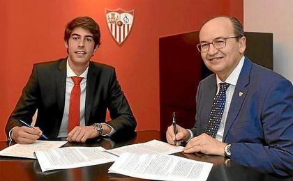 Carlos Fernández, junto a José Castro en su renovación.