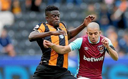 N´Diaye, en la imagen pugnando con Feghouli, ha descendido con el Hull City.