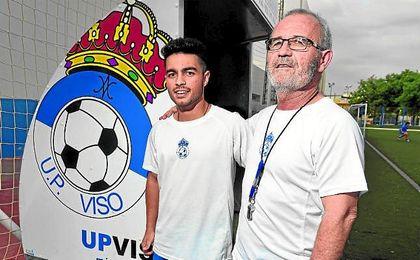 En la imagen, Álvaro y Eusebio Navarro; padre e hijo, entrenador y preparador físico visueños, celebran la permanencia.