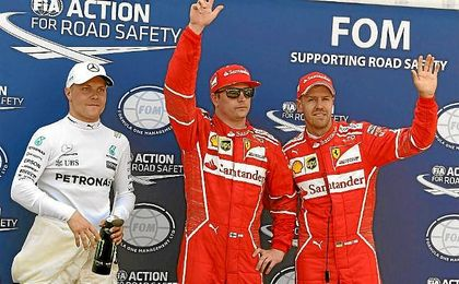 Bottas, Raikkonen y Vettel saludan al público de Montecarlo.