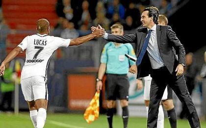 Emery y Lucas se felicitan tras un gol de los parisinos.