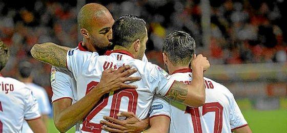 N´Zonzi y Vitolo se abrazan tras un gol del canario.
