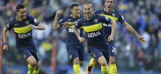 Darío Benedetto celebra un gol con Boca Juniors.