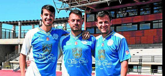 Lolo Armario, Úbeda y Fran Delgado, con la elástica del Marino esta temporada.