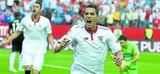 El delantero franco-tunecino Ben Yedder celebra uno de los 18 goles conseguidos esta temporada con la elástica nervionense.