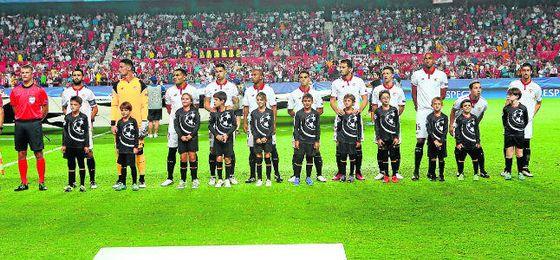 En la imagen, el Sevilla, en los prolegómenos del encuentro disputado ante el Lyon en la pasada fase de grupos de la Champions.