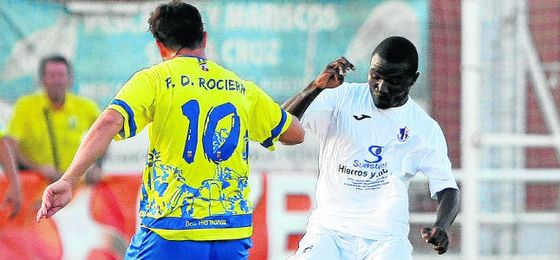 El centrocampista del Torreblanca Alain (derecha) es objetivo del Alcalá, al igual que Raúl Cabrera.