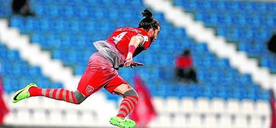 Espectacular despeje del zaguero gaditano durante un partido con el Lekhwiya qatarí.