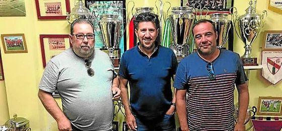 Diego Román (centro) en el anuncio de su fichaje por el ´Cense´.