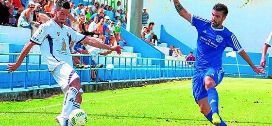 David Feito (derecha) en un partido de la presente temporada en su estancia en el UD San Fernando.