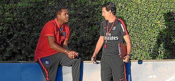 Kluivert, junto a Emery, en un entrenamiento del PSG.