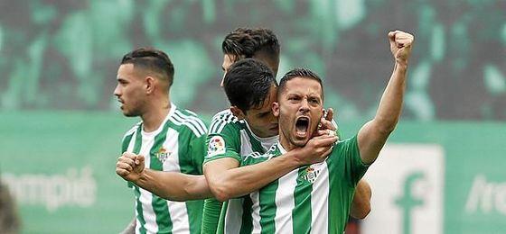 Durmisi le marcó un gol de falta al Sevilla.