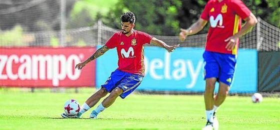 Dani Ceballos realiza un golpeo durante la concentración de España sub 21 en Las Rozas.