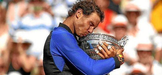 Nadal, con su décimo trofeo de Roland Garros.