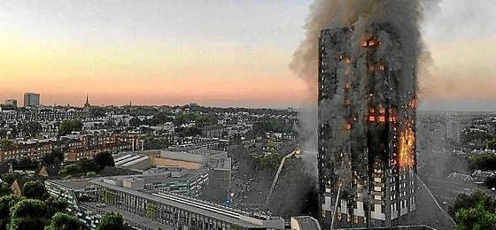 Imagen del incendio en el edificio de apartamentos afectado.