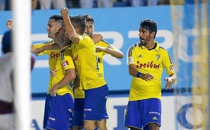 Los jugadores del Cádiz celebran el gol de Aketxe.