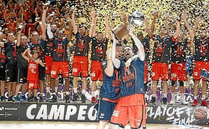 Valencia levanta el trofeo de campeón de la ACB.