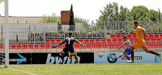 Joaquín dispara ante Alfonso para hacer el 2-0.
