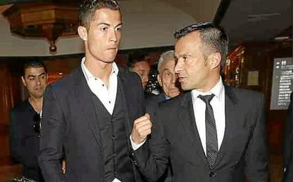 Cristiano Ronaldo junto a su representante, el también portugués Jorge Mendes.