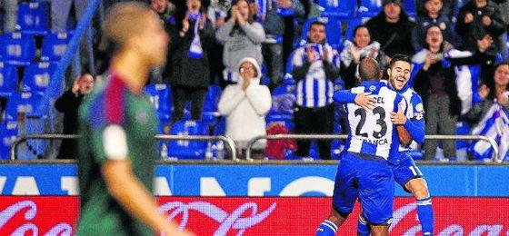 Ryan Babel (23) se abraza con Carles Gil, su asistente ante Osasuna en Riazor.