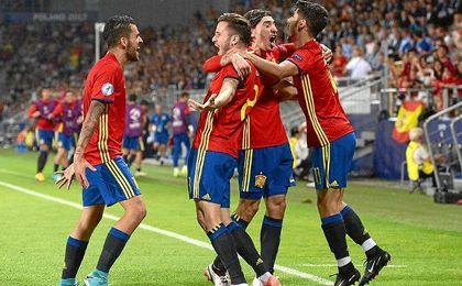 """La Rojita"" celebra uno de los goles logrados ante Italia"