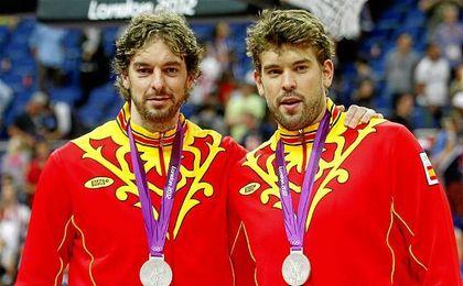 Los hermanos Gasol, celebrando la plata olímpica lograda en Londres.