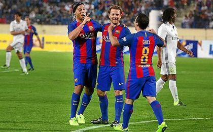 Ronaldinho, Mendieta y Giuly, celebrando un gol en un amistoso contra el Real Madrid Leyendas.