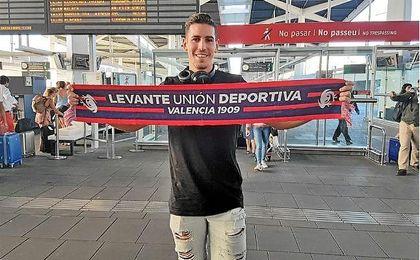 Alex Alegría posa con la bufanda del Levante, su nuevo equipo.