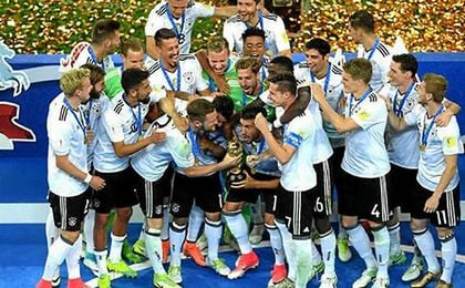 Los alemanes, levantando el trofeo de campeones.