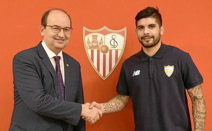 Banega, junto a Castro, tras firmar por el Sevilla.