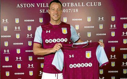 John Terry posa con su nueva camiseta.