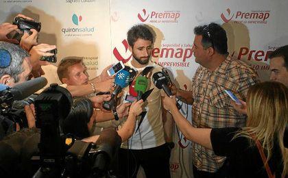 Nico Pareja atiende a los medios tras el reconocimiento.