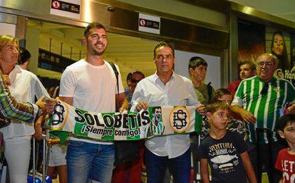 Jordi Amat en el aeropuerto San Pablo, recibido por Alexis.