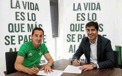 Guardado, presentado como jugador del Real Betis.