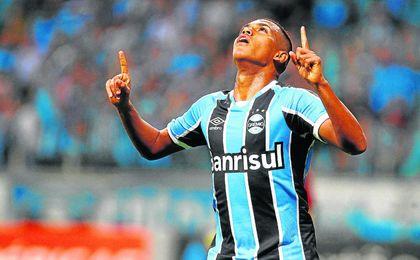 Pedro Rocha festeja un gol con la camiseta del Gremio, del que es su principal baluarte.