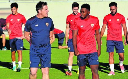Eduardo Berizzo dialoga con Yan Eteki durante los primeros entrenamientos.