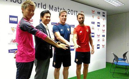 Berizzo y Pareja, junto a Yoon Jung-Hwan, técnico del Cerezo Osaka, y Youichiro Kakitani, capitán de los nipones.