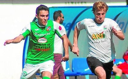 Jaime Bugatto (derecha) está cerca de regresar a Sevilla después de su paso por el Plasencia la pasada temporada.