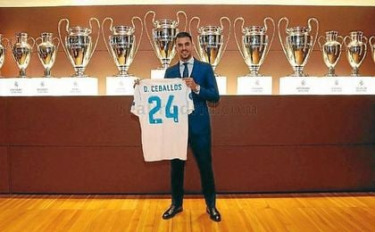 Ceballos posa con su camiseta blanco, donde portará el número 24.