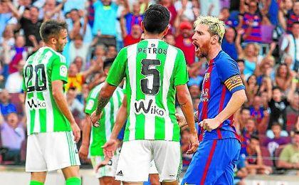 Lionel Messi celebra uno de los dos goles que le hizo al Betis en la primera jornada de la 16/17.