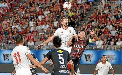 Lenglet salta por un balón en el partido ante el Kashima Antlers.