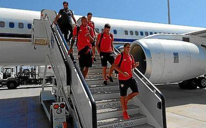 Los jugadores del Sevilla, a su llegada de Japón.