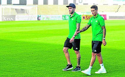 Tello y Sanabria, juntos en el estadio de la Balompédica Linense.